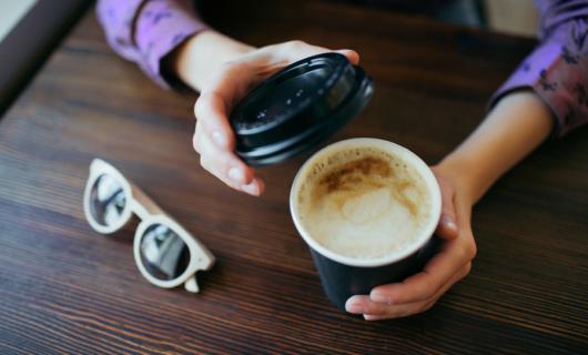 Desechables: en Drolimsa tienes todo lo que necesitas para servir café para llevar